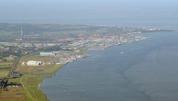 https://www.seaports.de/content/uploads/Cuxhaven_luftaufnahme_2teaser_viertel.jpg