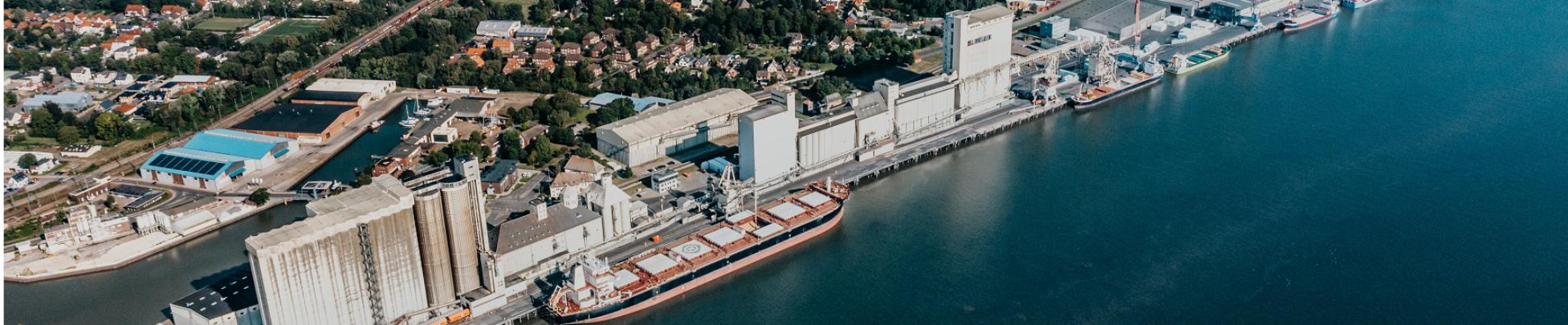 https://www.seaports.de/content/uploads/Luftaufnahme_Standort_Brake_web_banner.jpg